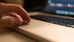 Travail sur le touchpad de l'ordinateur portable Foyer haut et peu profond de fin Photos stock