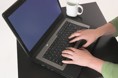 Travail sur un ordinateur photo libre de droits