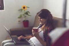 Travail sur un ordinateur portable photo libre de droits