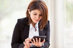 Travail sur une tablette Image libre de droits