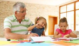 Travail travaillant de grand-père avec des petite-filles Photo libre de droits