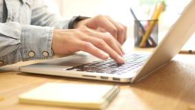 Travaillant à la tâche sur l'ordinateur portable dans le bureau, dactylographiant sur le clavier banque de vidéos