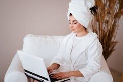 Travaillent en ind?pendants le travail Femme travaillant dans la chambre d'h?tel photographie stock libre de droits