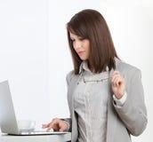 Travailler à la femme d'affaires d'ordinateur portable image stock