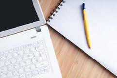 Travailler à la maison sur l'ordinateur portable Photo libre de droits