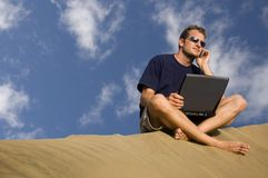 Travailler à la plage Images libres de droits