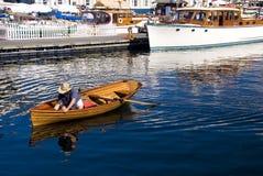 Travailler à un bateau en bois classique Images stock