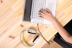 Travailler à un bureau en bois Photo stock