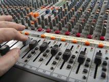Travailler à un panneau de mélange de studio d'enregistrement photos stock