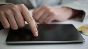 Travailler au comprimé numérique banque de vidéos