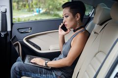 Travailler au siège arrière de la voiture Image libre de droits