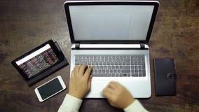 Travailler au smartphone de comprimé d'ordinateur portable