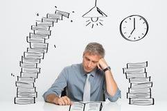 Travailler d'homme labourent tard Image libre de droits