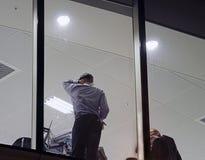 Travailler d'hommes (de fin de nuit) images libres de droits