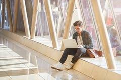 Travailler de attente de jeune étudiant masculin d'entrepreneur sur l'ordinateur portable dans le sunn Photo libre de droits