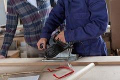 Travailler de deux charpentiers Photographie stock libre de droits