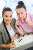 Travailler de deux jeune femmes d'affaires Photo libre de droits