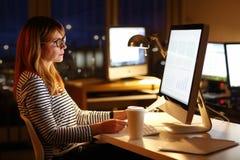 Travailler de femme d'affaires de fin de nuit photographie stock