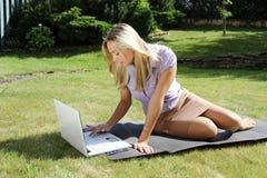 Travailler de femme d'affaires extérieur Photographie stock libre de droits