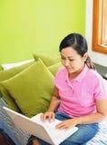travailler de femmes d'ordinateur portatif Image stock