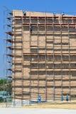 Travailler de travail au haut échafaudage dans le chantier de construction Photo libre de droits