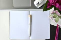 Travailler en indépendant et travailler de la maison Bureau de mode de vie féminin et de travail créatif Image stock