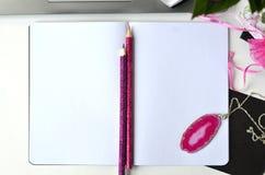 Travailler en indépendant et travailler de la maison Bureau de mode de vie féminin et de travail créatif Photos libres de droits