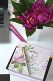 Travailler en indépendant et travailler de la maison Bureau de mode de vie féminin et de travail créatif Photographie stock