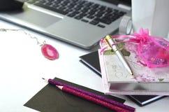 Travailler en indépendant et travailler de la maison Bureau de mode de vie féminin et de travail créatif Photos stock