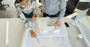 Travailler exécutif sur le modèle architectural dans le bureau 4k clips vidéos
