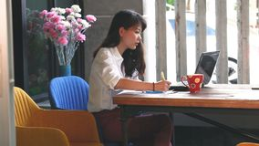 Travailler indépendant asiatique au bureau d'ordinateur de bureau à la maison banque de vidéos