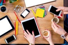 Travailler à la table avec des instruments Images libres de droits