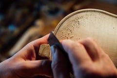 Travailler luthier d'artisan principal à la création d'un violon travail détaillé soigneux sur le bois image libre de droits