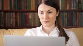 Travailler professionnel femelle sur l'ordinateur portable Femme d'affaires travaillant du siège social À distance travaillez en  clips vidéos