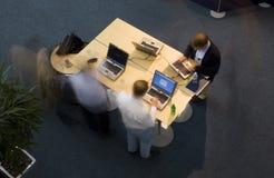 Travailler sur des ordinateurs portatifs Image libre de droits