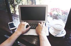 Travailler sur l'ordinateur portable image stock