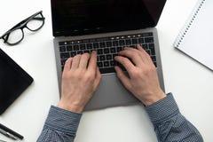 Travailler sur l'ordinateur portable Les mains de l'homme travaillant sur l'ordinateur Concept de grandeur photographie stock libre de droits