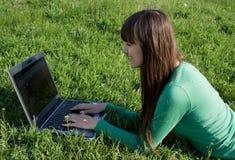 Travailler sur l'ordinateur portatif images stock