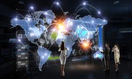 Travailler sur la stratégie des affaires globales image stock