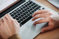 Travailler sur un ordinateur portable photo libre de droits
