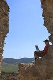 Travailler sur un ordinateur portatif images stock
