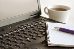 Travailler sur un ordinateur portatif photos libres de droits