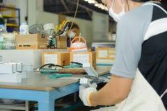 Travailleur à l'aide de la ponceuse pratique de ceinture d'air Image libre de droits