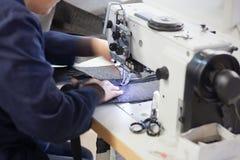 Travailleur à la machine à coudre Image stock