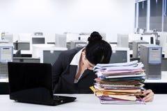 Travailleur épuisé faisant une sieste au-dessus des documents image stock