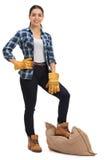 Travailleur agricole féminin avec le sac à toile de jute sous son pied Images libres de droits