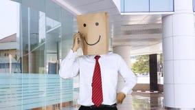 Travailleur anonyme ayant de bonnes actualités dans le lobby de bureau banque de vidéos