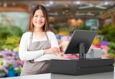 Travailleur asiatique avec le bureau de caissier image stock