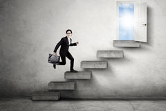 Travailleur asiatique sur la porte d'avances d'escaliers Photographie stock