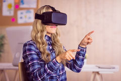 Travailleur assez occasionnel employant la crevasse d'oculus photographie stock